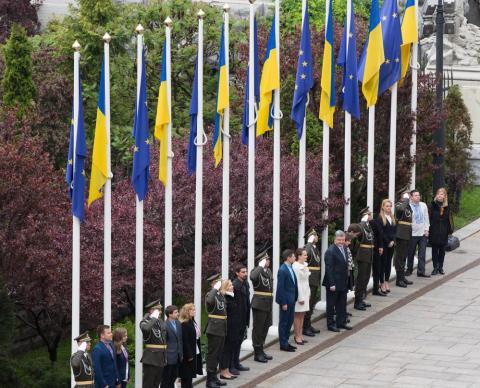 Avrupa'nın vizeleri kaldırdığı Ukrayna'da, cumhurbaşkanlığına AB bayrağı çekildi